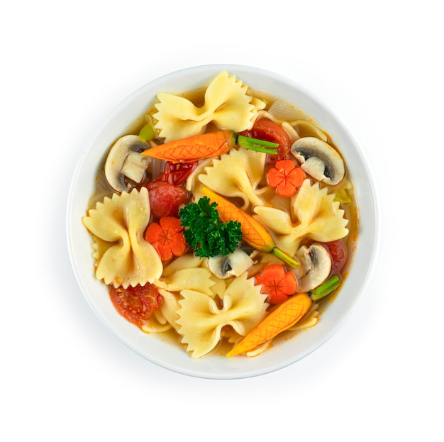 Farfalle pastasoep met wortelen, ui en champignons italian fudion dish european food style bovenaanzicht