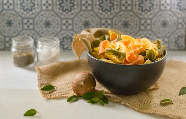 Farfalle tricolor biologisch gezond voedsel. italiaanse pasta