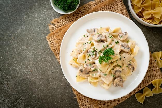 Farfalledeegwaren met champignon-witte roomsaus - italiaanse eetstijl
