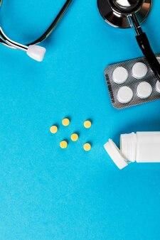 Farmaceutische geneeskundepillen, tabletten en flessenstethoscoop