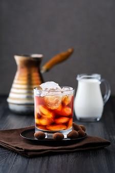 Fase van het maken van ijskoffie