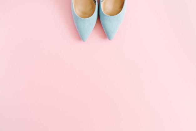 Fashion blog-look. de pastelkleur blauwe schoenen van vrouwen hoge hakken op roze