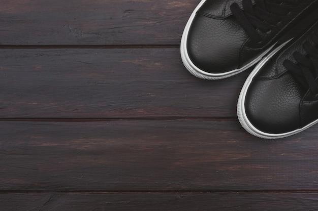 Fashion blog look. zwarte sneakers op de vloer. kopieer ruimte