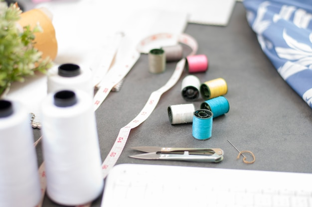 Fashion design werkstudio. mode-industrie. set accessoires op maat.