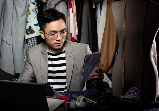 Fashion designer man grijs pak controleert bestelling verkoop