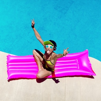 Fashion girl dj-stijl feest in het zwembad
