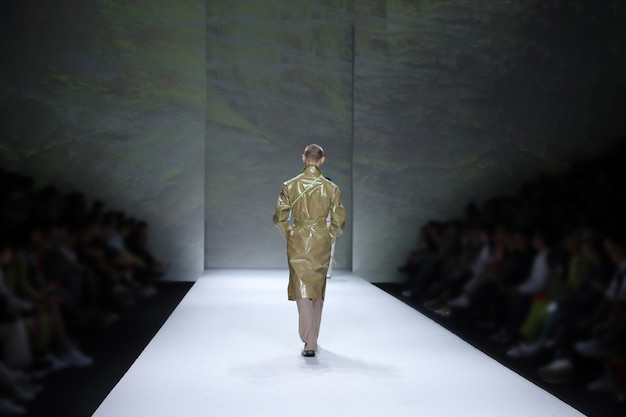 Fashion models lopen terug finale op runway ramp tijdens fashion week