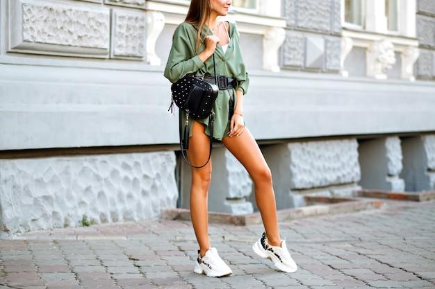 Fashion street style details van hipster vrouw met verbazingwekkende lange sportieve gebruinde benen