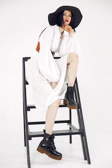 Fashionista-meisje. vrouw op een witte achtergrond. stijlvolle dame.