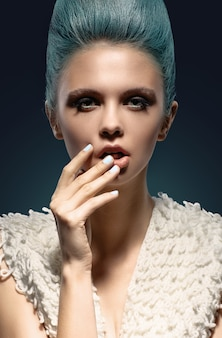 Fashionrt portret van mooi meisje. vogue-stijlvrouw
