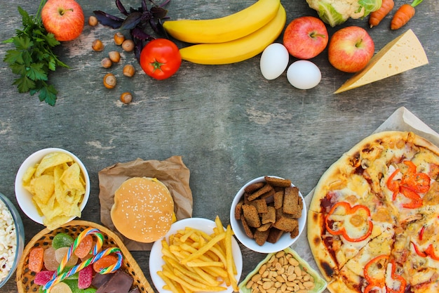 Fast-food en gezond voedsel op oud hout