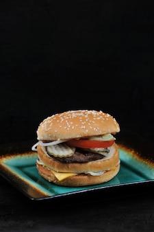 Fast-food hamburger met kaas en rundvlees op een bord