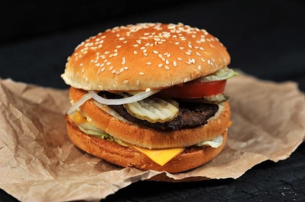 Fast-food hamburger met kaas en rundvlees