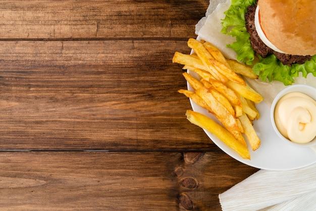 Fast-food maaltijd op houten tafel met kopie ruimte