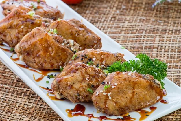 Fast food producten gebakken kippenvleugels in beslag
