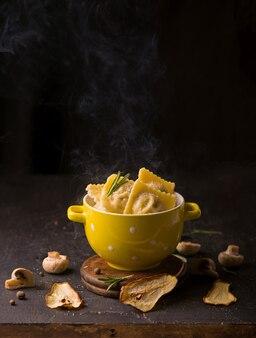 Fast food. ravioli met spinazie en ricotta naast een laptop
