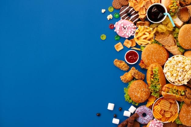 Fast-food schotel op blauw