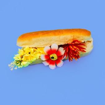 Fastfood kunst. bloemen hotdog. minimaal