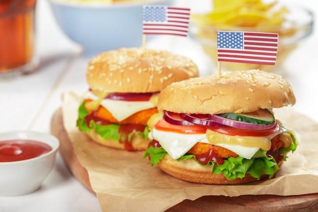Fastfood, zelfgemaakte hamburger op een houten achtergrond