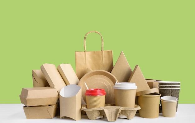 Fastfoodverpakkingen van milieuvriendelijk papier geïsoleerd op groen
