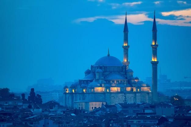 Fatih camii of veroveraarsmoskee in istanboel, turkije.