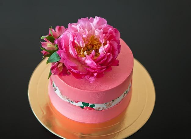 Faultline cake decoraited suikerpapier en roze pioen