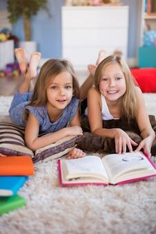 Favoriete boek gelezen op de vloer