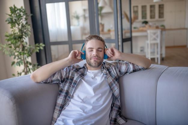 Favoriete liedje. een man die met een koptelefoon geniet van zijn favoriete muziek