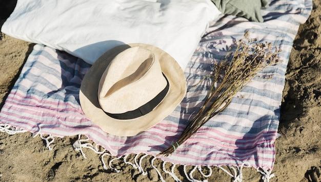 Fedora hoed en gedroogde lavendel