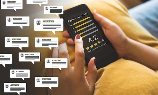 Feedback van consumenten met de beoordelingsscore van bubbelmensen