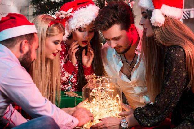 Feest en feest. wintervakantie en kerstmis. slinger op pot als decoratie. jongeren en slinger.