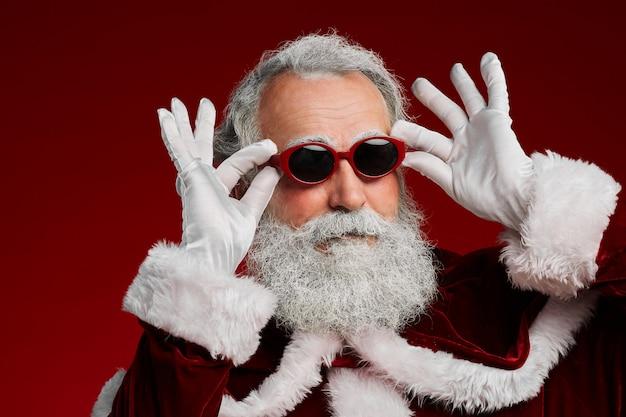 Feest kerstman die zonnebril draagt