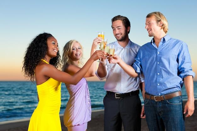 Feest met champagne-ontvangst op het strand