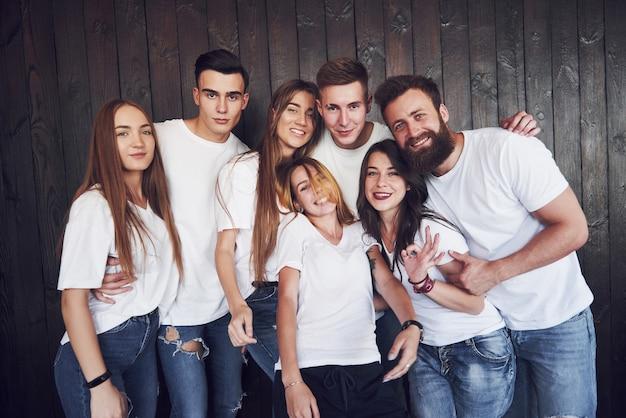 Feest met vrienden. groep vrolijke jonge mensen die samen plezier hebben en ze vieren iets.