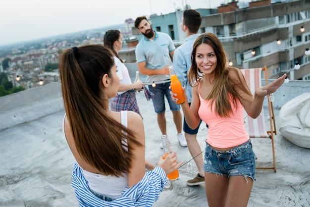 Feest, vakantie, feest en vriendschap concept. fijne mooie meiden die dansen en plezier hebben samen
