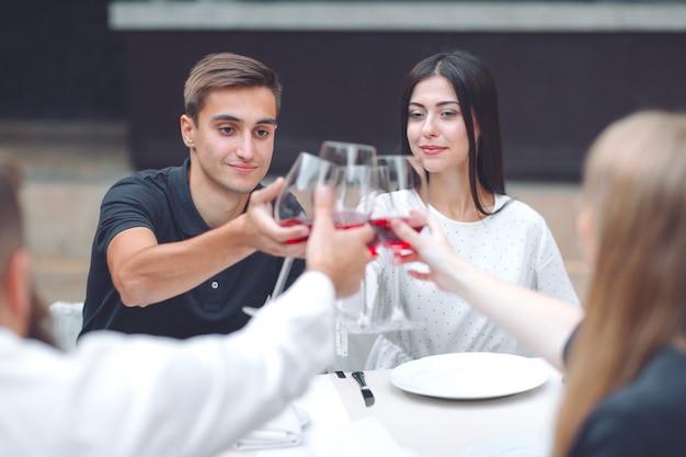 Feest. vrienden drinken wijn in een restaurant.