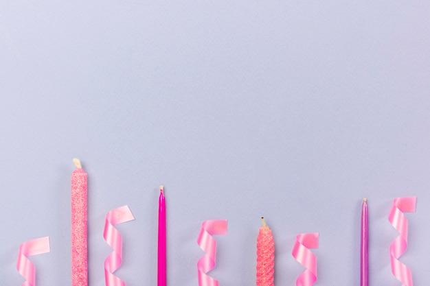 Feestarrangement met kaarsen en linten