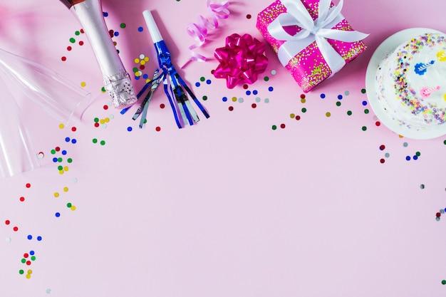 Feestartikelen en verjaardagscake