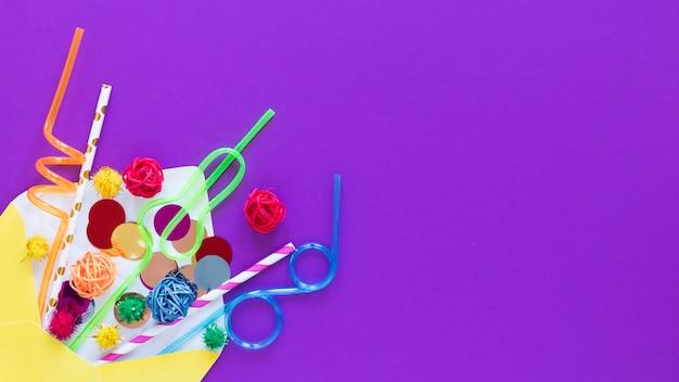 Feestartikelen frame op paarse achtergrond