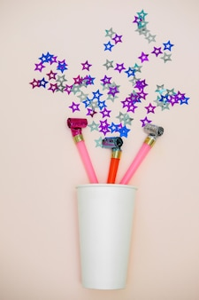 Feestblazers en poppers. confetti in de vorm van sterren. plat leggen