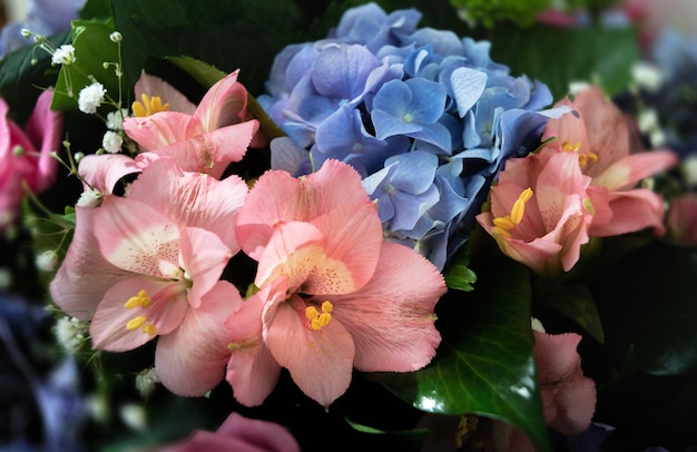 Feestelijk boeket van diverse bloemen waaronder blauwe hortensia en roze alstroemeria