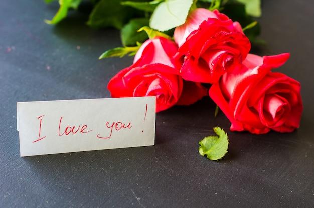 Feestelijk concept met rode rozen