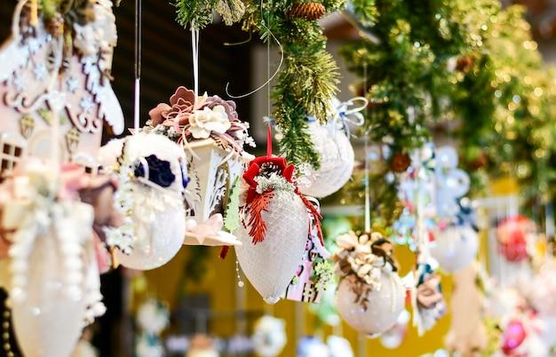 Feestelijk decor voor thuis, op kantoor en restaurant, concept van voorbereiding op kerstmis