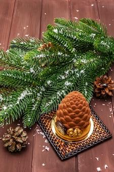 Feestelijk dessert in de vorm van een kerst dennenappel. nieuwjaar zoete traktatie concept.