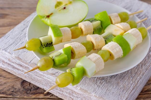 Feestelijk eten. canapé met fruit op een bord.
