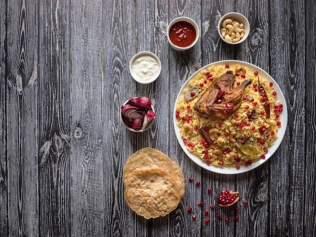 Feestelijk gerecht met gebakken kip en rijst. mandi kabsa, jemenieten s