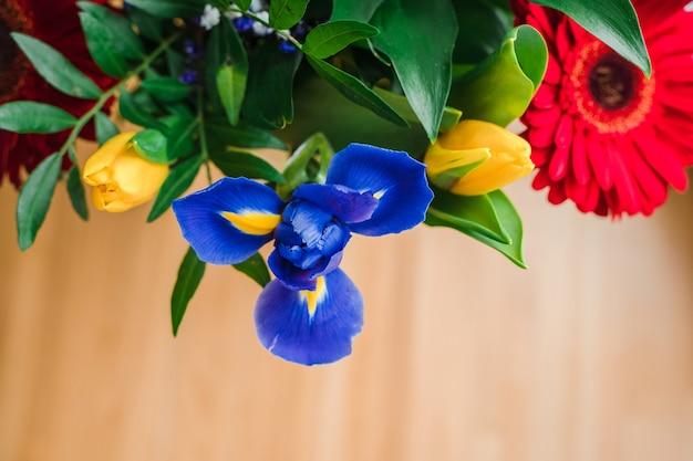 Feestelijk helder boeket bloemen met gerbera's