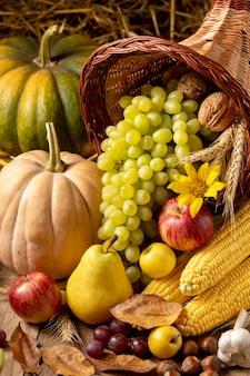 Feestelijk hoorn des overvloeds arrangement met heerlijk eten
