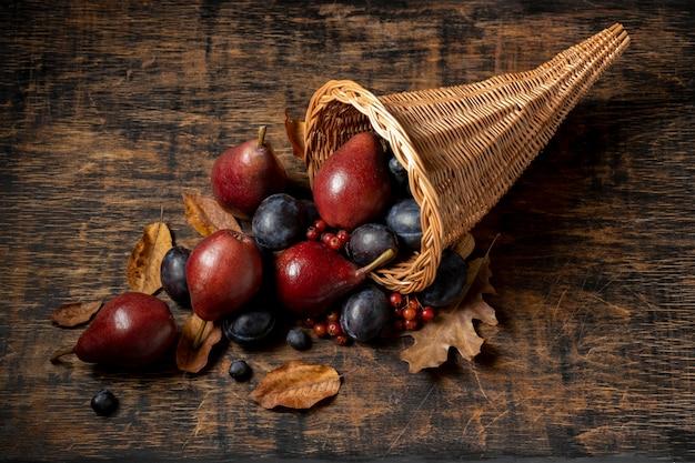 Feestelijk hoorn des overvloeds arrangement met heerlijk fruit