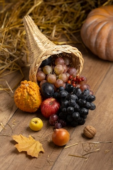 Feestelijk hoorn des overvloeds assortiment met heerlijk fruit